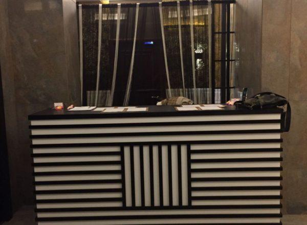 изготовление красивой стойки ресепшн на заказ в Москве в ЖК Алые Паруса