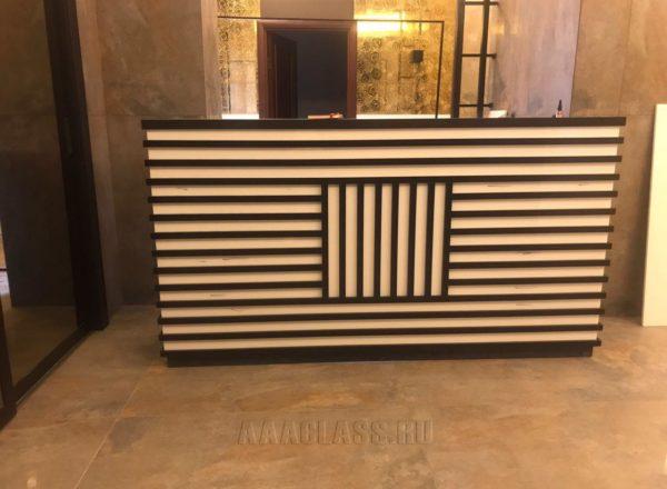 изготовление красивой стойки ресепшн на заказ в Москве в ЖК Алые Паруса от мебельного ателье ААА-Классика