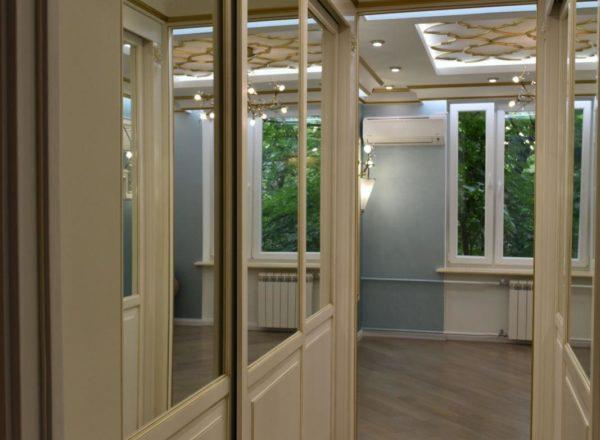 эксклюзивная дизайнерская гардеробная на заказ из МДФ с золотой патиной от мебельного ателье ААА-Классика