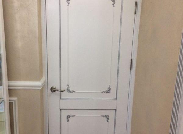 изготовление межкомнатных дизайнерских дверей по индивидуальному проекту из массива дуба для квартиры в Москве от мебельного ателье ААА-Классика