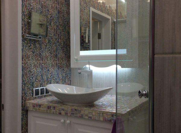 изготовление дизайнерской мебели для ванной на заказ: подвесной шкаф с внутренней подсветкой от мебельного ателье ААА-Классика