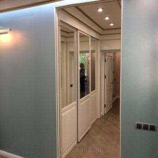 изготовление эксклюзивной гардеробной комнаты на заказ с 2 входами в Москве от мебельного ателье ААА-Классика
