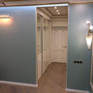 изготовление на заказ эксклюзивной гардеробной комнаты с опорной системой открывания дверей-купе от мебельного ателье ААА-Классика