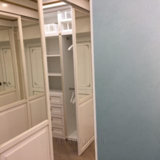 изготовление гардеробной комнаты из МДФ с золотой патиной на заказ в Москве от мебельного ателье ААА-Классика