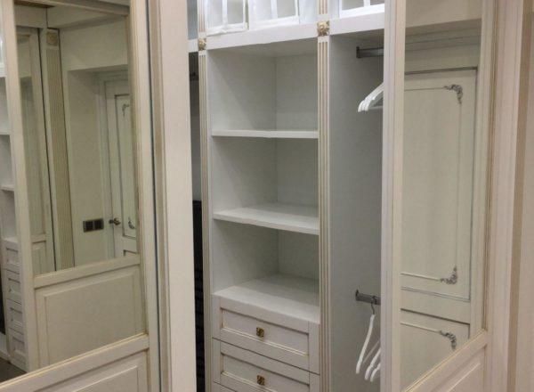 изготовление гардеробной комнаты на заказ с опорной системой открывания дверей-купе от мебельного ателье ААА-Классика