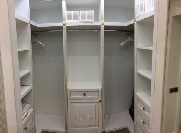 изготовление гардеробной комнаты на заказ: фасады и наличники выполнены из МДФ с золотой патиной