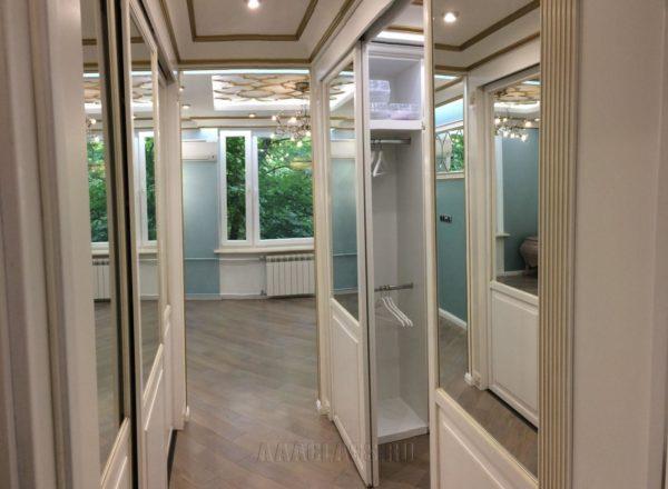 изготовление гардеробной комнаты на заказ в Москве: опорная система подвесных дверей-купе от мебельного ателье ААА-Классика