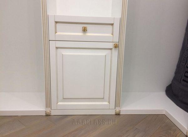 изготовление гардеробной комнаты по индивидуальному проекту: фасады и наличники из МДФ с золотой патиной от мебельного ателье ААА-Классика