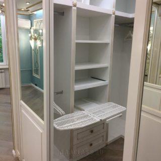 изготовление гардеробного шкафа-купе с патиной и встроенной гладильной доской на заказ в Москве от мебельного ателье ААА-Классика