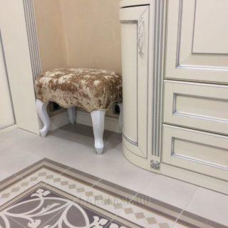 пуф в прихожую на заказ с опорами из массива дуба производства мебельного ателье ААА-Классика в Москве