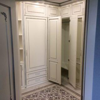 эксклюзивная угловая прихожая на заказ из массива дуба и ЛДСП от мебельного ателье ААА-Классика в Москве