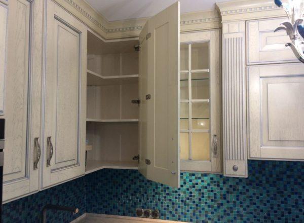изготовление нестандартных дизайнерских шкафов для кухонного гарнитура из массива на заказ в Москве от мебельного ателье ААА-Классика