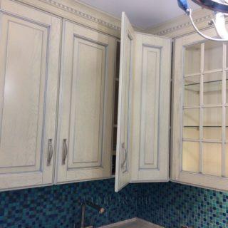 изготовление угловых шкафов кухонного гарнитура из массива и шпона на заказ по индивидуальному проекту в Москве от мебельного ателье ААА-Классика