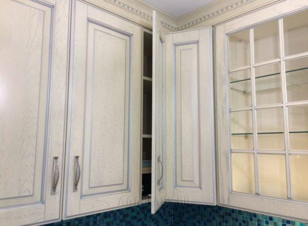 изготовление фасадов кухонного гарнитура по индивидуальному проекту из массива и шпона на заказ в Москве от мебельного ателье ААА-Классика