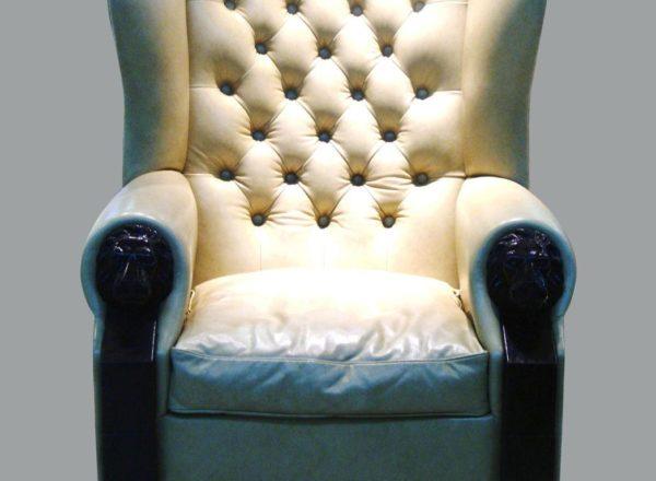 белое кожаное кресло с каретной стяжкой на заказ по индивидуальным размерам: мебельное ателье ААА-Классика