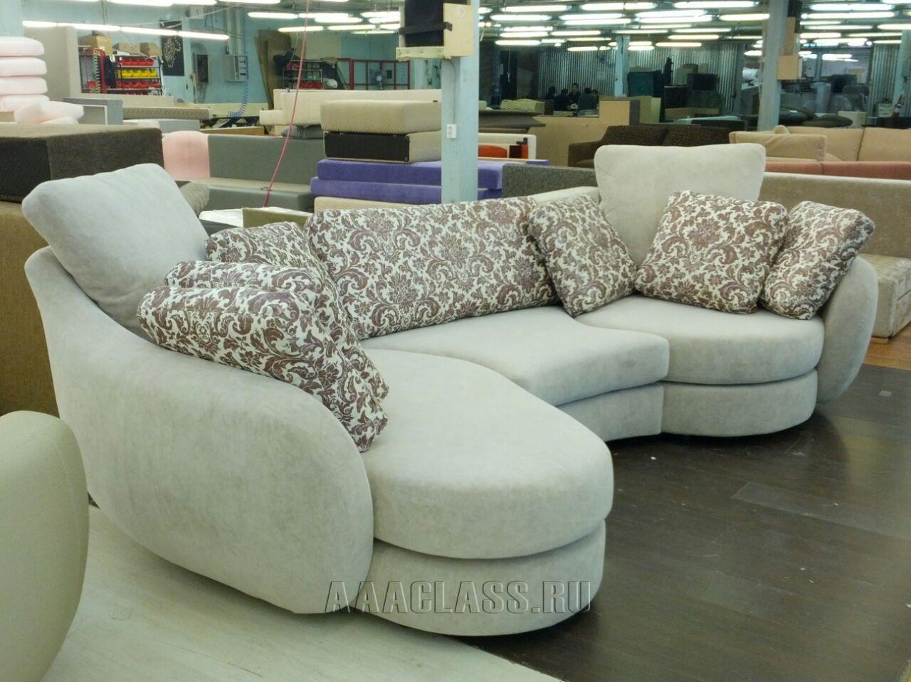 Эркерный диван на заказ в молочном цвете мебельное ателье «ААА-Классика»