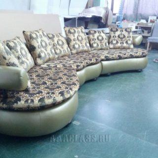 диван под эркер в спальню на заказ в обивке из экокожи и жаккарда