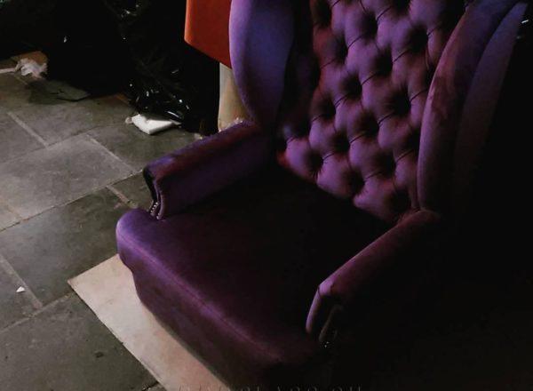 Фиолетовое каминное кресло на заказ с каретной стяжкой ручной работы по индивидуальным размерам