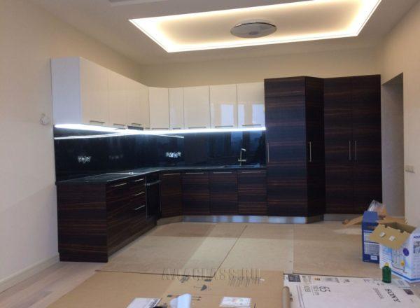 угловой кухонный гарнитур на заказ с гранитной столешницей в черном цвете