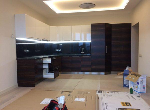 угловой кухонный гарнитур из шпона черного дерева и гранитной столешницей