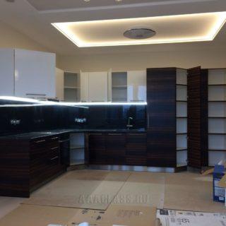 угловой кухонный гарнитур из мдф-глянца и шпона черного дерева