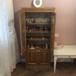 книжный шкаф на заказ в детскую комнату из массива и шпона дуба с декором задней стенки