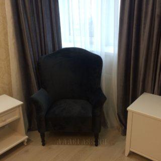 английское каминное кресло с высокой спинкой в черном велюре