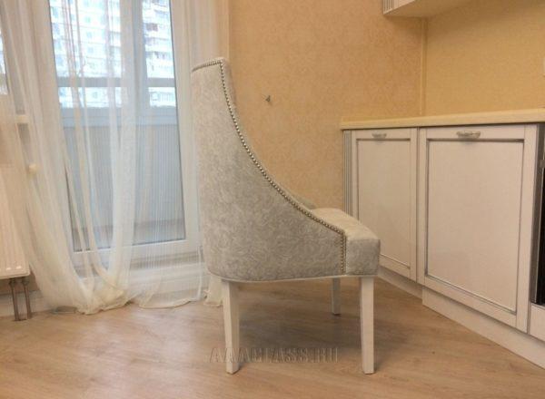 мягкий бежевый стул с велюровой обивкой в интерьере гостиной