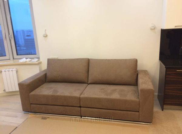 небольшой прямой диван со спальным местом на заказ по индивидуальным размерам
