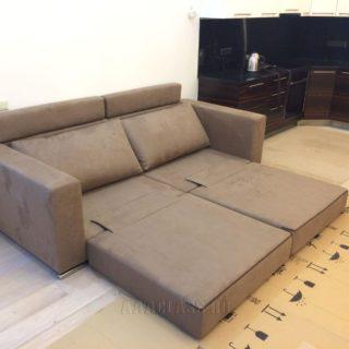 небольшой диван со спальным местом в разложенном виде для малогабаритной квартиры