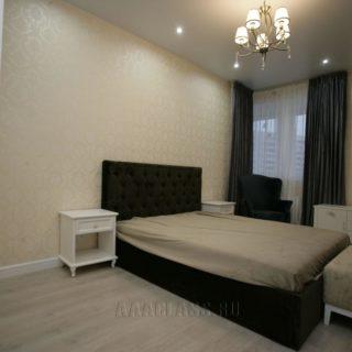 двуспальная кровать с высоким мягким изголовьем и каретной стяжкой