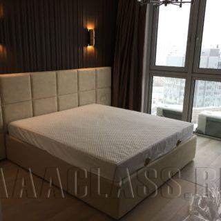 Кровать в обивке из искусственной замши
