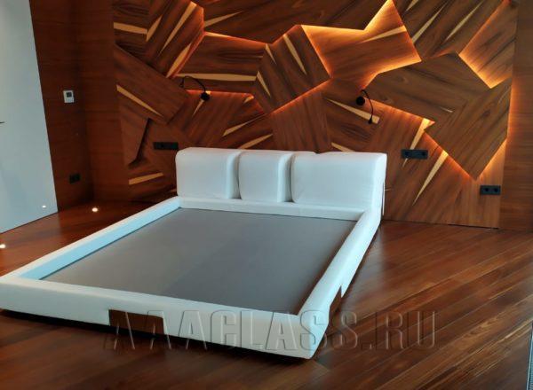 кровать в коже со вставками из массива красного дерева
